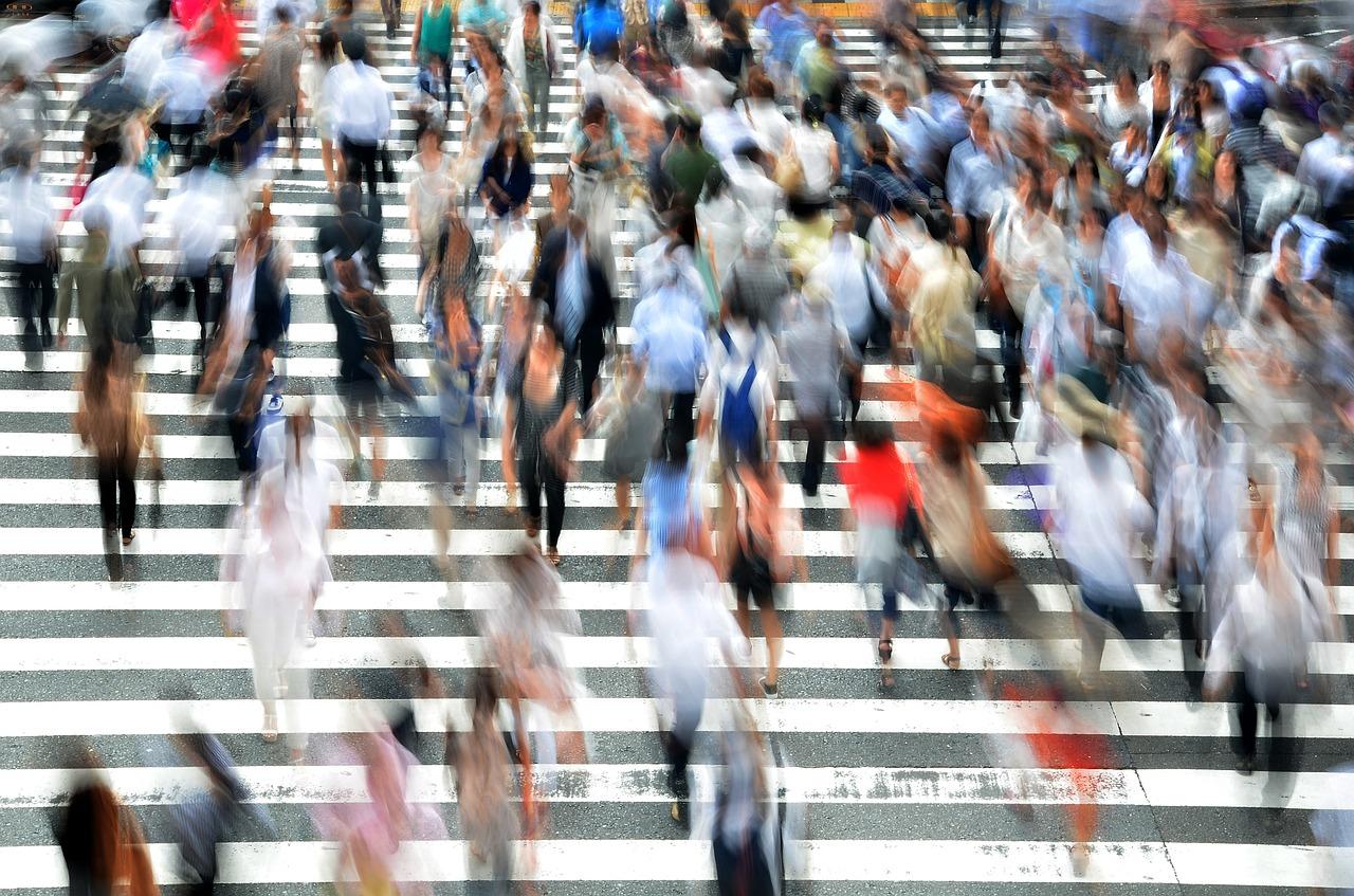 tráfico de gente pasando la calle